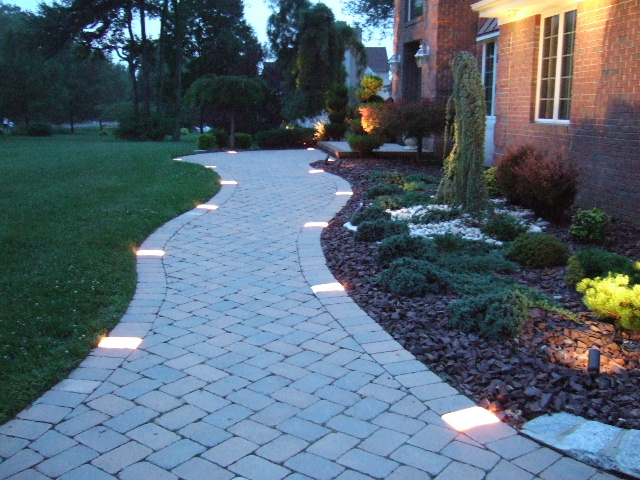 Design guide for your home 39 s outdoor lighting for Home walkway ideas
